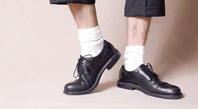 Fehér zokni öltönynadrággal