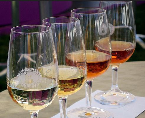 borok egy borkóstoló rendezvényen