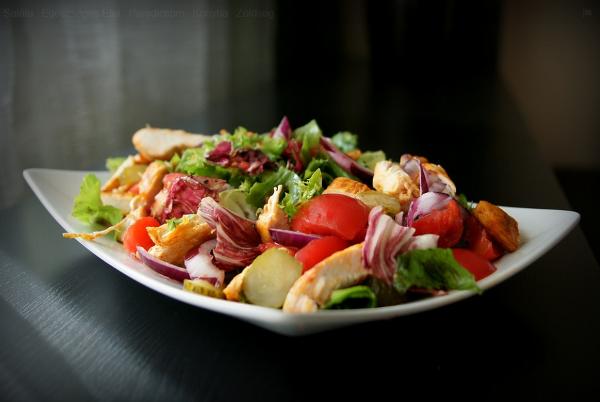 egészséges étel a saláta pardicsommal, csirkehússal