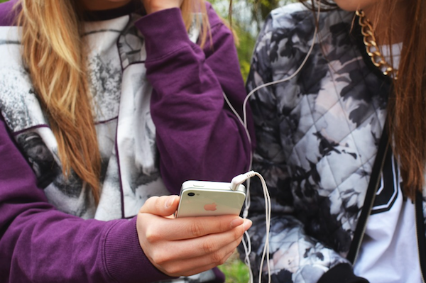 telefon, zene, lányok