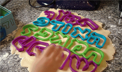 Konyhai sütő formák a gyerek kezében