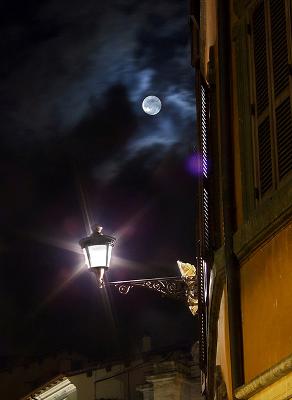 Hold utcai lámpa felett