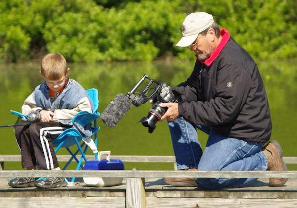 A gyermek első horgászélmányeinek megörökítése fényképen