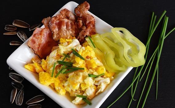 ételfotó rántotta, bacon, paprika, napraforgó magok