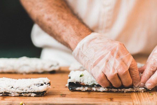 szakács szusit készít - ételfotózás munka közben