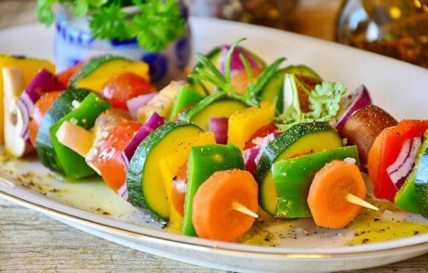 zöldség nyárs cukkinivel