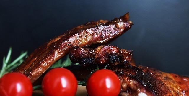 grillezett hús paradicsommal, rozmaringgal